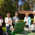 Haapajärvi-Seuran edustajat ottivat museoalueella vastaan kaksi lahjoitusta. Toinen tehtiin seuran kotiseutuarkistoon, jonne saatiin vanhoja valokuvia suuri määrä. Toinen lahjoitus oli seuran kotiseutumuseoalueelle, jonne saattiin 60 hengen kahvikalusto ja 40 hengen ruokakalusto. Kuva: Kotiseutulehti Maaselkä.