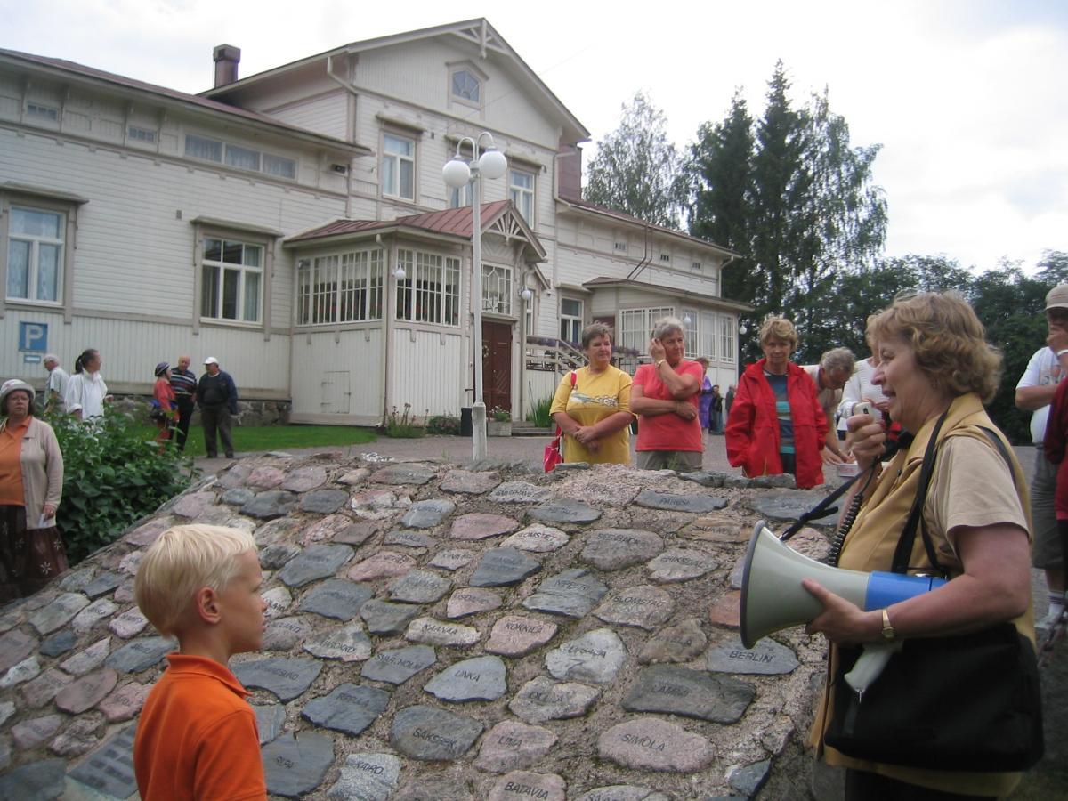 Mäntsälä Seuran sihteeri opas Auli Pitkänen kertoo polku numero 12:ssa esiteltävästä Sälinkään kartanon torpparimuistomerkistä. kuva: Pentti Ovaska.