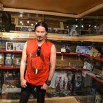 Tuomas Holopainen vierailulla Kiteen kotiseutumuseon Nightwish-näyttelyssä. Kuva: Tuomo Flinkman.