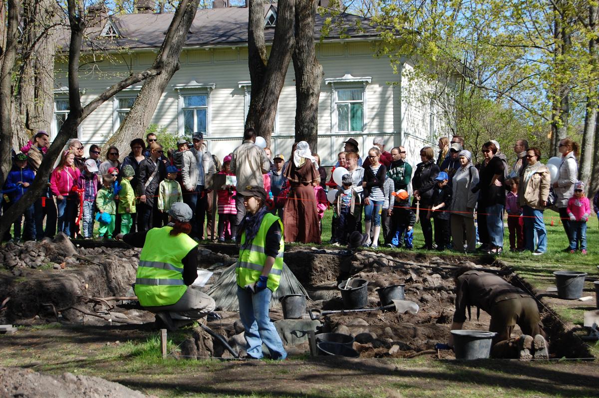 Keskiaikapäivässä vuonna 2014 esiteltiin arkeologisia kaivauksia. Kuva: Vantaa-Seura - Vandasällskapet ry.