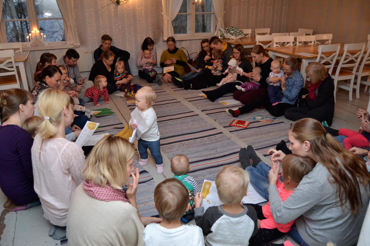 Kestikievarin perheaamussa vauvojen loruhetki. Kuva: Vantaa-Seura - Vandasällskapet ry.