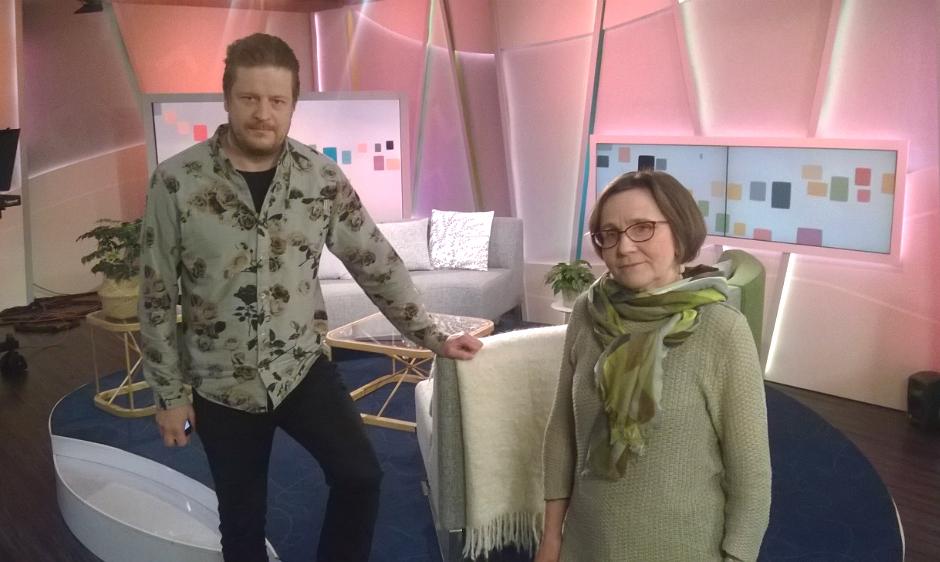 Tuomas Uusheimo ja Johanna Hakanen kävivät Ylen aamu-tv:ssä puhumassa seurantaloista ja Seurantalolla-valokuvateoksesta.