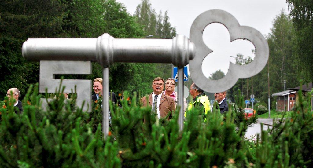 Avainpatsaan paljastustilaisuuden jälkeinen kuva, jossa keskellä Seinäjoen Törnävä-Seuran puheenjohtaja Seppo Katila ja hänen vasemmalla puolellaan hymyilevä Seinäjoen kaupunginhallituksen puheenjohtaja Kimmo Heinonen. Kuva: Seinäjoen Törnävä-Seura ry