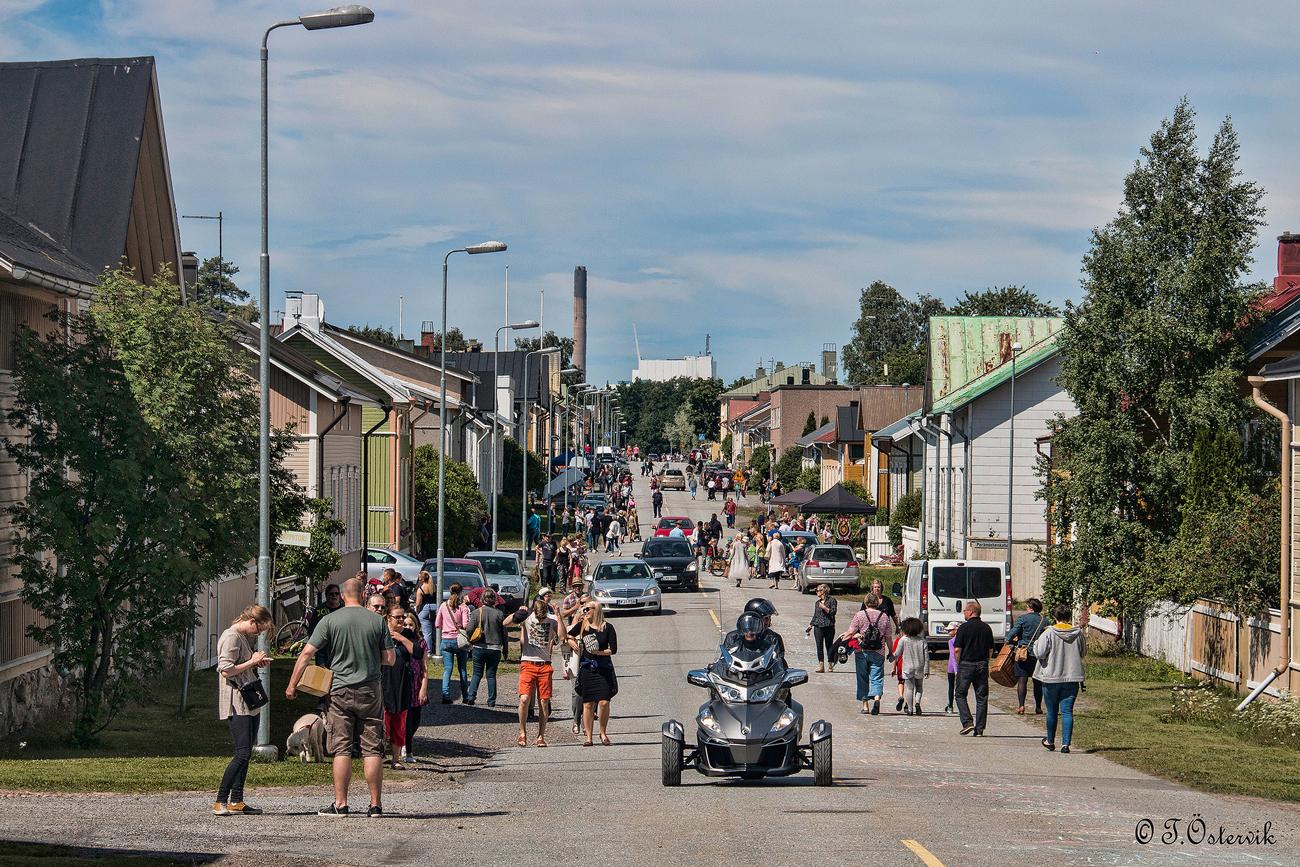 Avoimet pihat -tapahtumassa räpsööläiset avaavat pihojaan yleisölle. Ohjelmassa myös pihakirpputoreja, avoimia pihoja, pihakahviloita ja näyttelyitä. Kuva: Tauno Östervik.