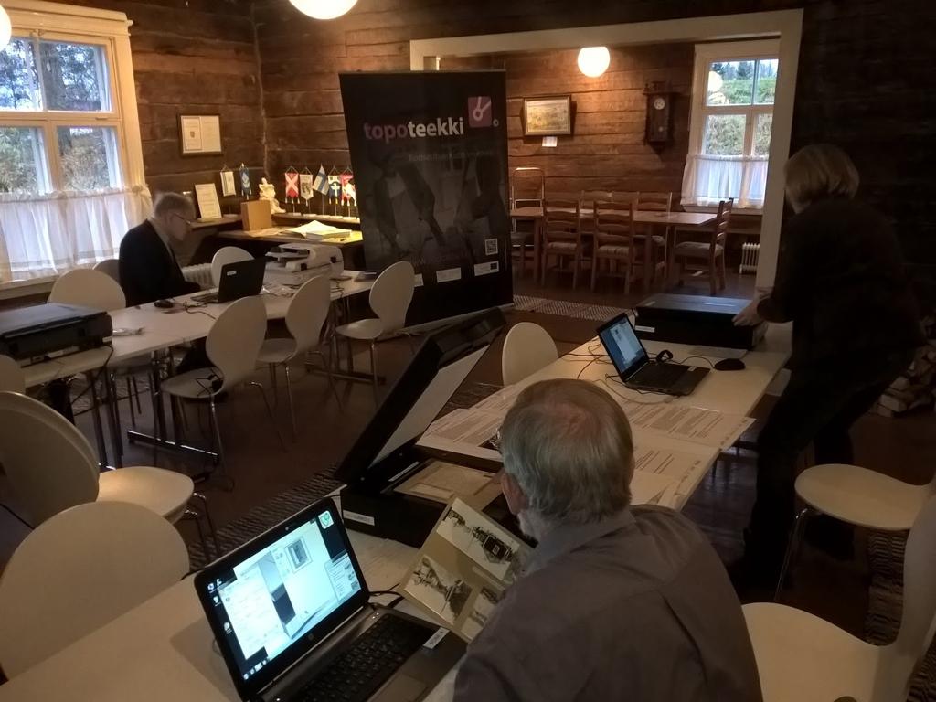Liikkuvia digitointiasemia on käytetty eri puolilla Suomea. Tässä niitä viritellään Mäntsälän Pitäjäntuvalla. Kuva: CO:OP-projekti / Kansallisarkisto.