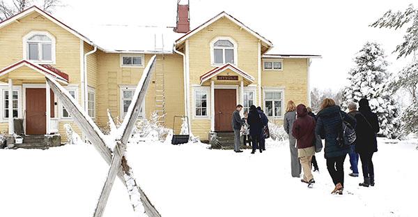 Kuva kokousvieraista menossa Hyvölän taloon.
