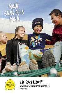 Hymyileviä lapsia leikkimässä kiipeilytelineessä.