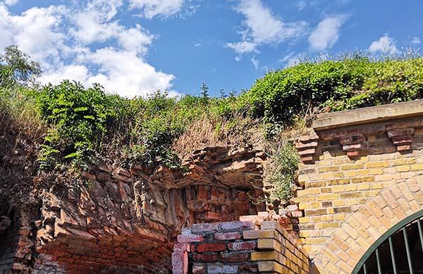 Kuva linnoituksen raunioista.