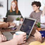 Ihmisiä kokouksessa tai työpajassa
