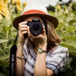 Nuori nainen ottaa valokuvaa