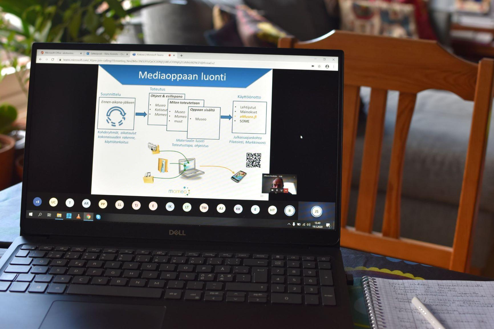 Kuvassa tietokone, jossa näkyy koulutusmateriaalia.
