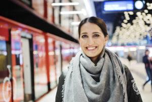 Nasima Razmyar Lauttasaaren metroasemalla.