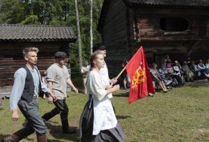 Nuoria näyttelemässä museon edustalla.