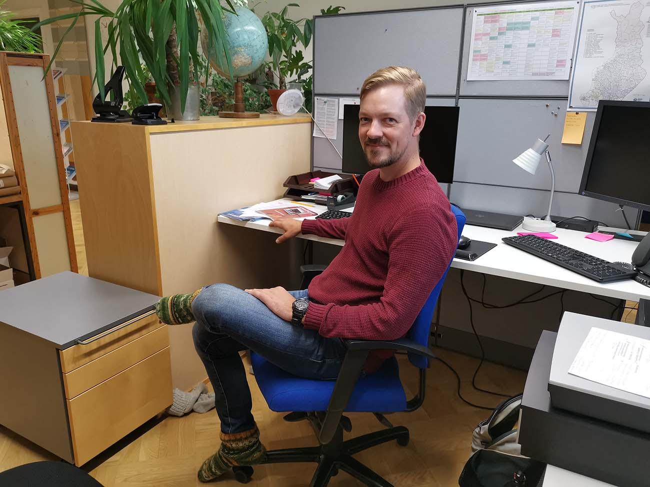 Kalle Nikander työpöytänsä ääressä.