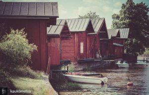 Vanhoja punamullattuja venevajoja joen rannassa.