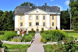 Museorakennus ja puutarhaa.