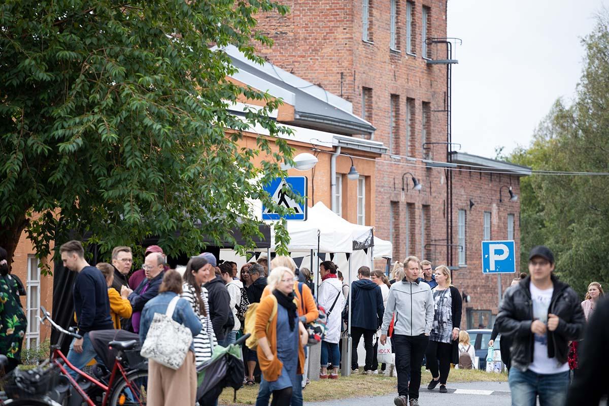 Ihmisiä vanhassa teollisuusmiljöössä,Pikisaari, Oulu