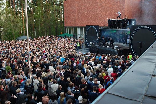 Yleisöä lavalla olevan yhtyeen edessä.