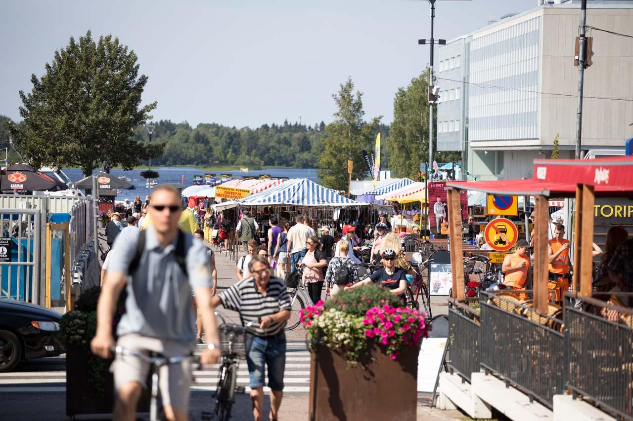 Ihmisiä Oulun torilla.