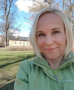 Filosofi Elisa Aaltola Turun Tuomaanpuistossa.