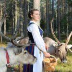 Olga Oinas-Panuma porojen kanssa kotitilallaan, Panuma, Pohjois-Pohjanmaa.